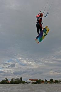 Hoch hinaus – beim Kitesurfen keine Hexerei.