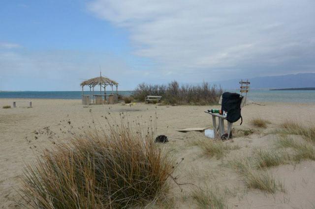 """Der Sandstrand in Nin. Die """"Hütte"""", die man vorne sieht, ist im Sommer (glaube ich) eine Kiteschule."""